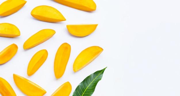 Fruits tropicaux, tranches de mangue avec feuille sur blanc isolé. copier l'espace