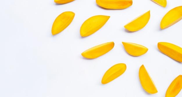 Fruits tropicaux, tranches de mangue sur fond blanc. vue de dessus