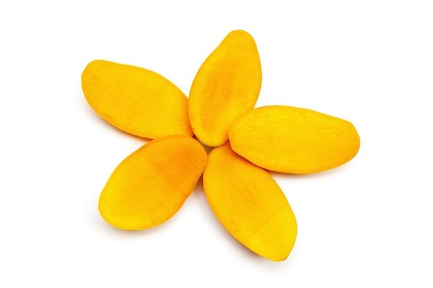 Fruits tropicaux, tranches de mangue sur une surface blanche