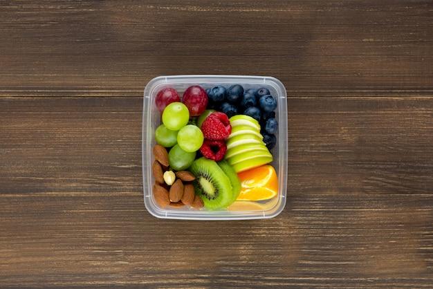Fruits variés et sains aux amandes en boîte à emporter