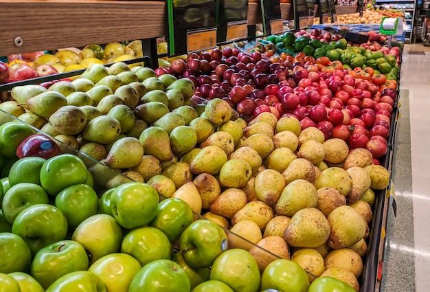 Fruits à vendre sur le marché organisé avec mise au point sélective et flou