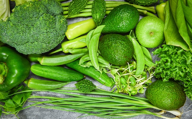 Fruits verts frais et légumes verts mélangés divers pour des aliments sains cuisinier végétaliensélection d'aliments sains manger sainement pour la vie de coeur régime de cholestérol santé
