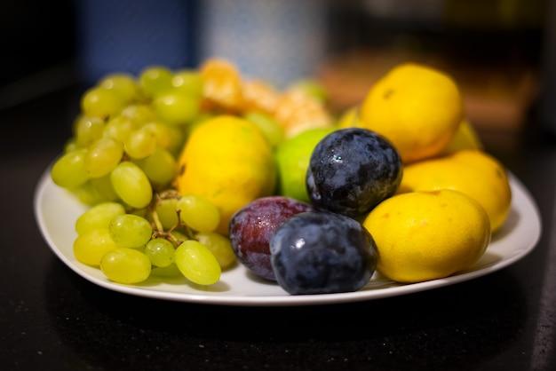 Fruits verts sur plaque