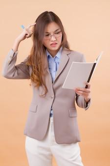 Frustré, femme affaires asiatiques, à, cahier