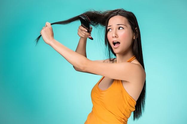 Frustré, jeune femme, avoir, a, mauvais cheveux