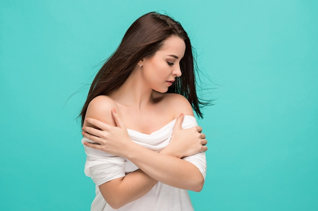 Frustré de jeune femme posant sur bleu