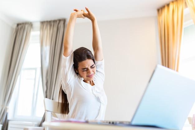 Frustré jeune femme travaillant à domicile