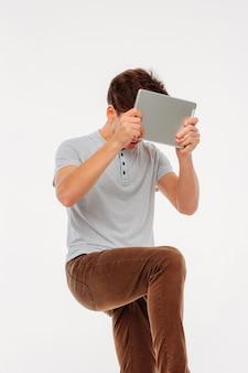 Frustré, jeune homme en colère, étudiant qui tente de briser le tabl