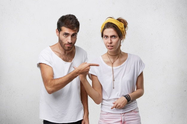 Frustré jeune homme et femme ayant un désaccord