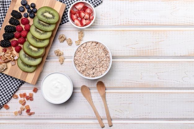 Fruts avec yougurt et granola avec copie-espace