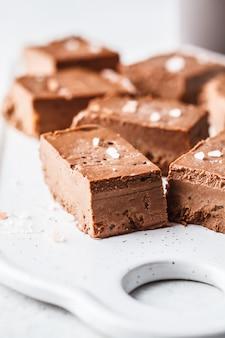 Fudge de chocolat végétalien cru sur un tableau blanc.