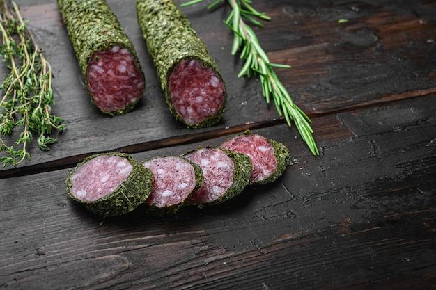 Fuet de salami traditionnel à la saucisse, coupé en tranches