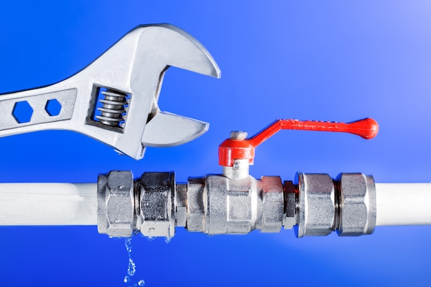 Une fuite d'eau des conduites d'eau, du robinet.