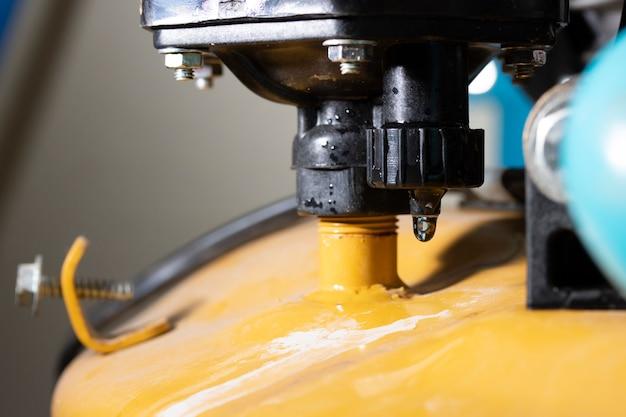 Fuite d'eau dans le joint brisé dans la machine