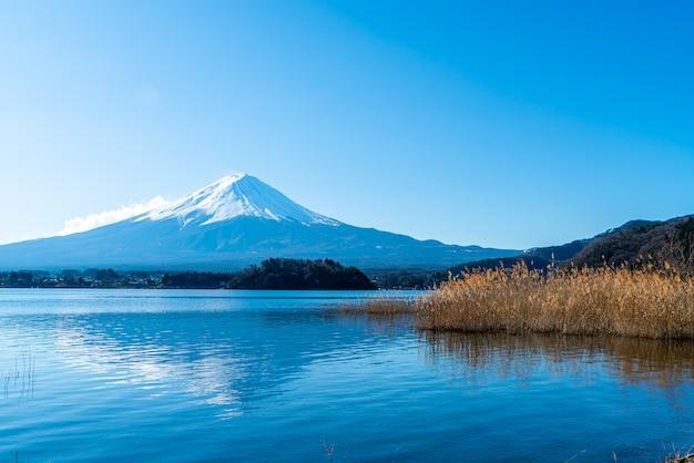 Fuji mountain avec kawaguchiko lake et ciel bleu