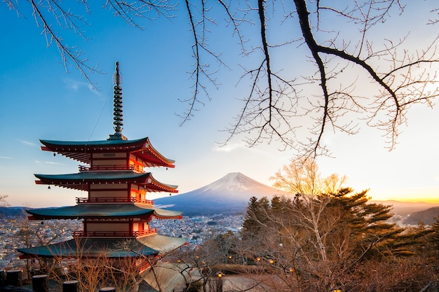 Fujiyoshida, japon à la pagode chureito et au mont. fuji au coucher du soleil