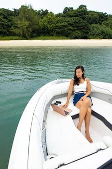Full shot femme assise sur le bateau