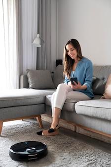 Full shot femme assise sur le canapé