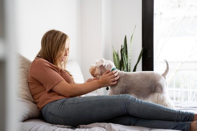 Full shot femme assise avec chien