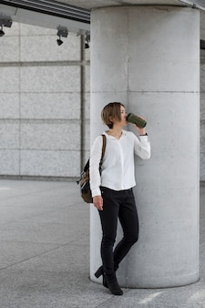 Full shot femme buvant du café