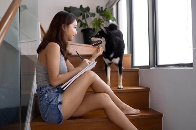 Full shot femme caresser chien