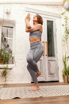 Full shot femme debout sur une jambe