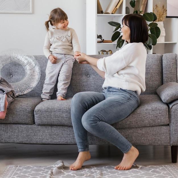 Full shot femme et enfant sur canapé