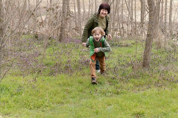 Full shot femme et enfant s'amusant