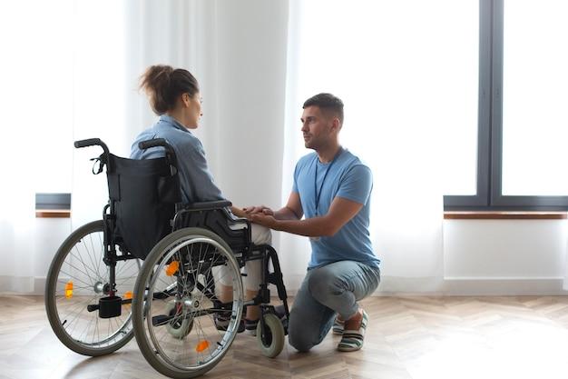 Full shot femme en fauteuil roulant