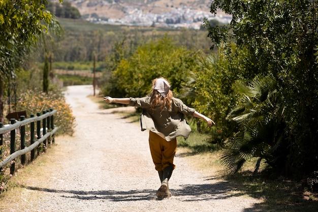 Full shot femme marchant à l'extérieur