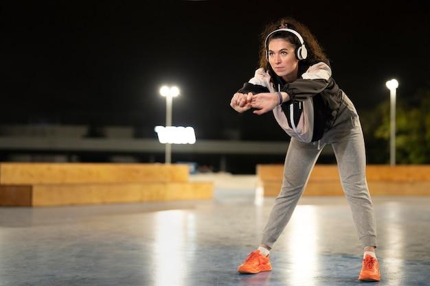 Full shot femme portant des écouteurs