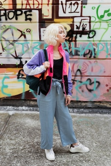 Full shot femme portant une veste