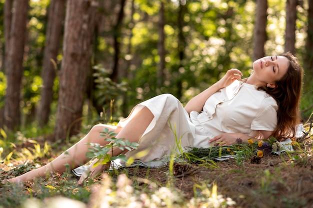 Full shot femme posant dans la nature