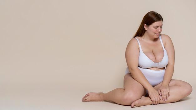 Full shot femme posant en sous-vêtements