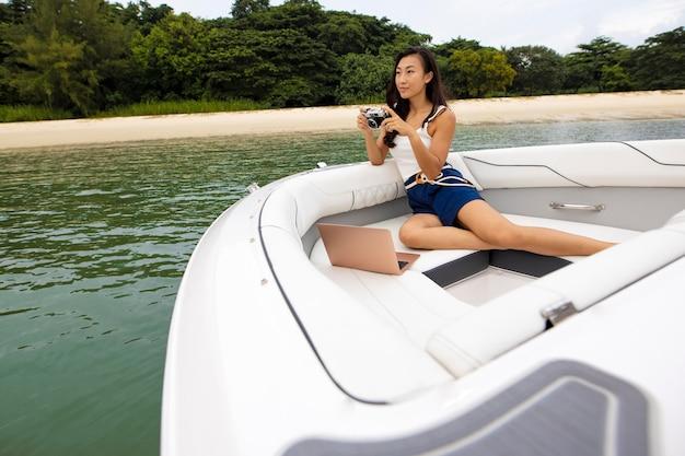 Full shot femme travaillant sur bateau