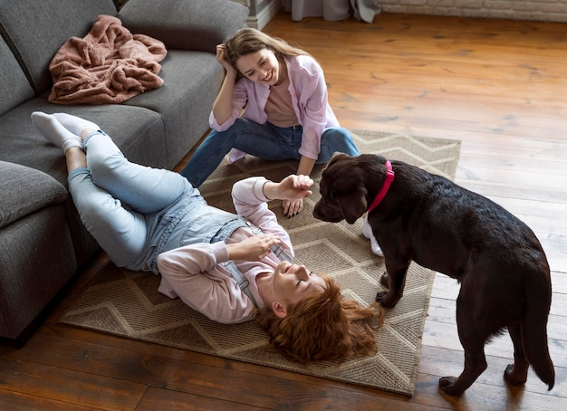 Full shot femmes et chien sur marbre