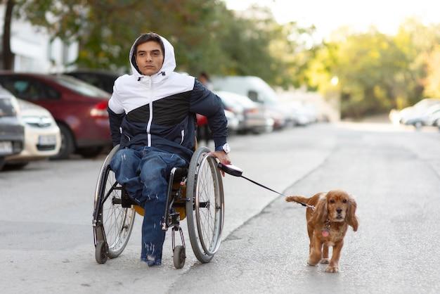 Full shot homme avec handicap chien marche