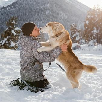 Full shot homme jouant avec un chien