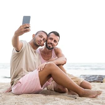 Full shot hommes prenant selfie