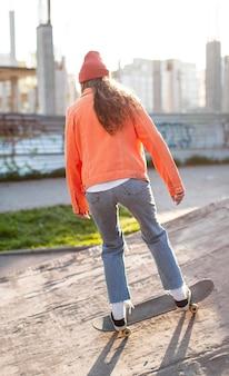 Full shot jeune fille avec patin à l'extérieur