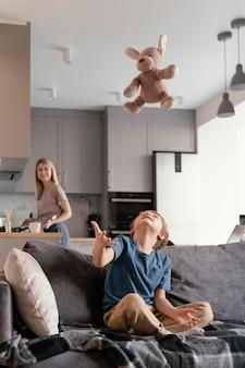 Full Shot Kid Et Mère à La Maison Photo gratuit