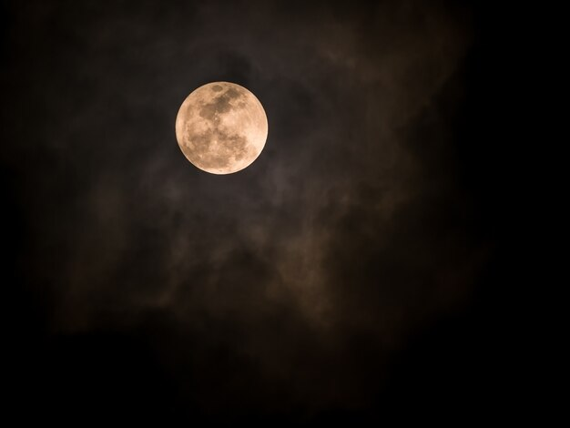 Fullmoon sur un ciel sombre