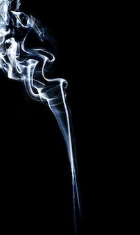 Fumée abstraite sur fond noir