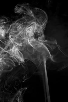 Fumée blanche sur fond noir