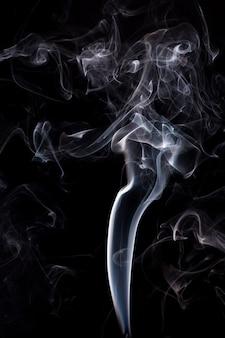 Fumée blanche sur fond noir.