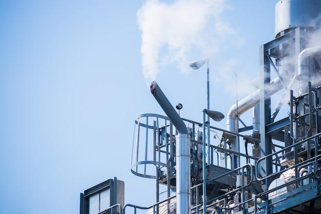 Fumée blanche hors de la cheminée industrielle
