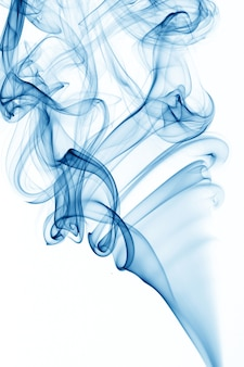 Fumée bleue sur fond blanc