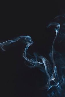 Fumée bleue sur fond d'écran sombre