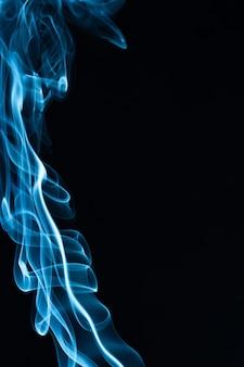 Fumée bleue sur fond noir