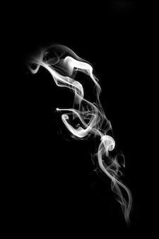 Fumée bleue isolée sur fond noir. modèle de conception